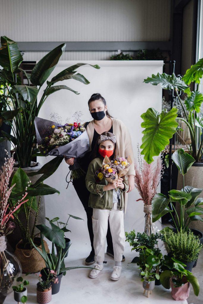 familienshooting im blumenladen Maskenporträts im Blumenladen