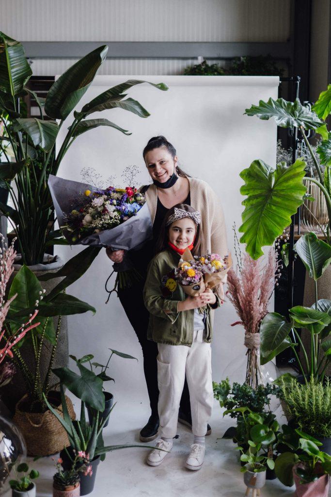 Maskenporträts im Blumenladen