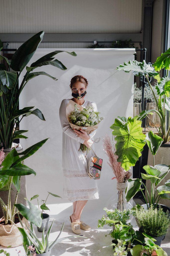 stylishe Maskenporträts im Blumenladen
